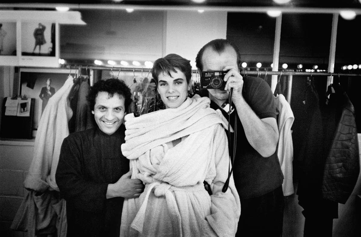 Der Schneider, das Model und der Fotograf: Azzedine Alaïa, Maria Johnson und Peter Lindbergh 1984 in Paris. Foto: Taschen Verlag