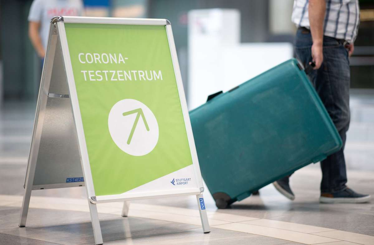 Reisende, die aus einem der Risikoländer mit der Coronavirus-Mutation kommen, müssen vor dem Abflug schon einen Test machen und werden hier dann nochmals auf das Virus getestet. Foto: dpa/Sebastian Gollnow