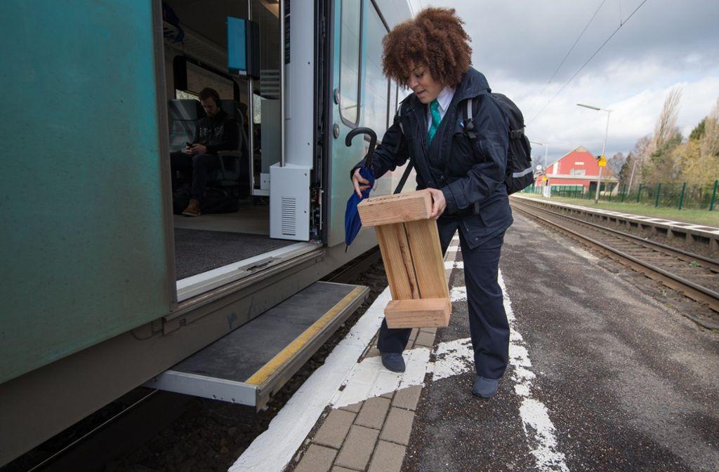 In Wissingen (Niedersachsen) müssen Fahrgäste einen Tritt benutzen, um aus der Bahn sicher aussteigen zu können. Hybrid-Bahnsteige sollen die unterschiedliche Höhe der Bahnsteige mit mehr Barrierefreiheit versehen. Foto: dpa