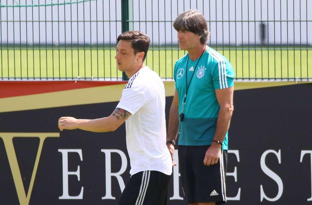 Mesut Özil und Joachim Löw – nicht immer ein Herz und eine Seele (Archivbild). Foto: imago/Marc Schueler