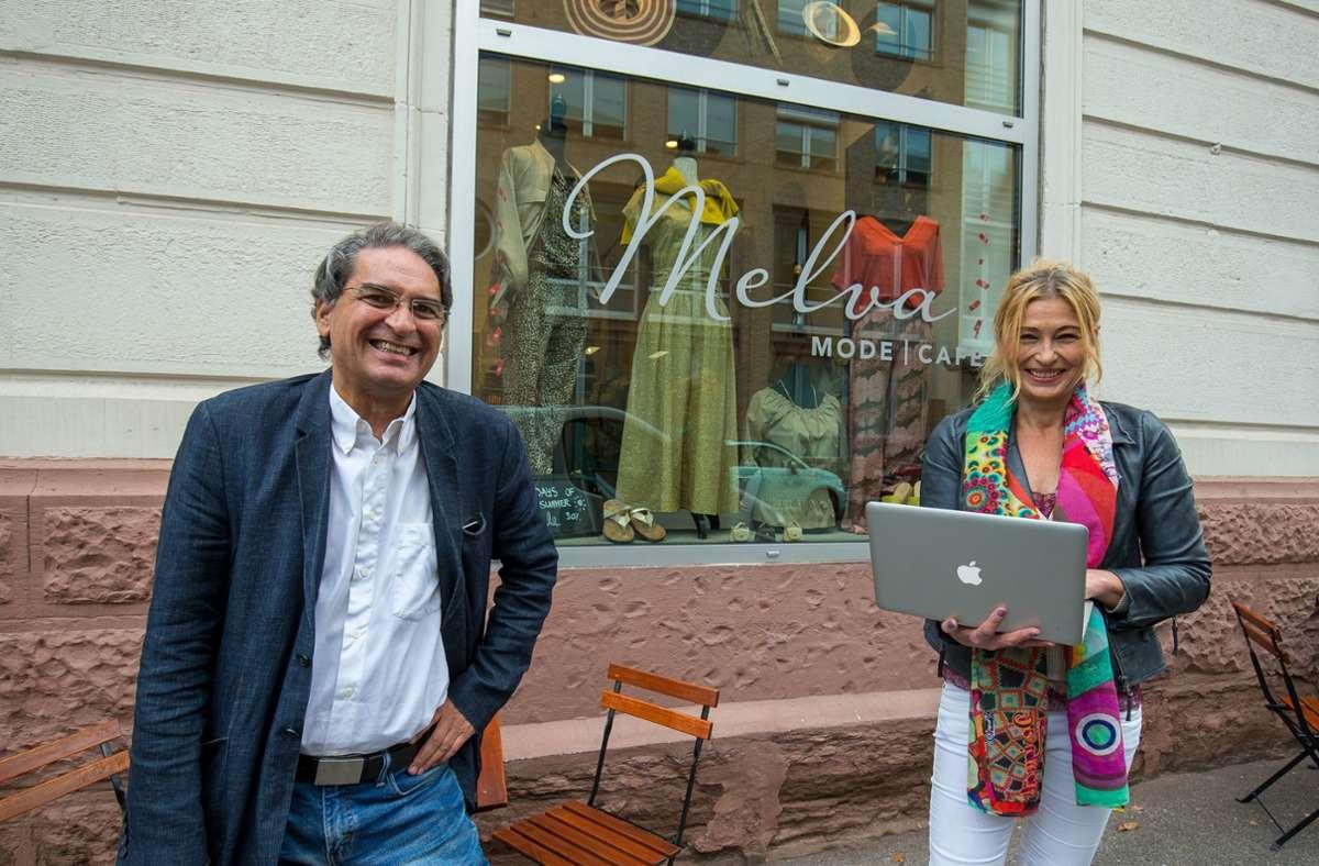 Michael Köhler hilft Ladeninhaberin Andrea Scheufler bei ihren ersten digitalen Schritten. Foto: Leif Piechowski/Leif Piechowski