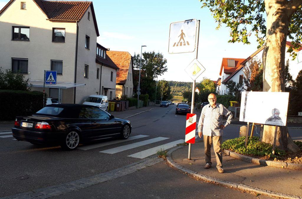 Johannes Eger am Zebrastreifen, an dem im Juli eine Fußgängerin angefahren wurde. Foto: Dirk Herrmann