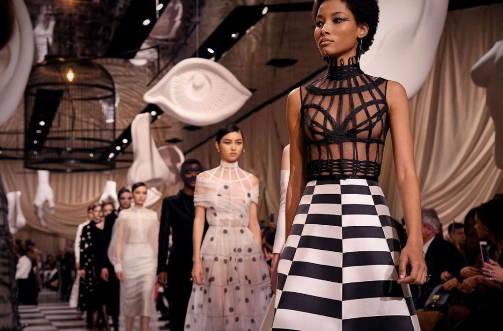 Das Vogelkäfigkleid von Dior ist gewiss apart, aber welche Kundin wird es kaufen und tragen? Foto: Getty