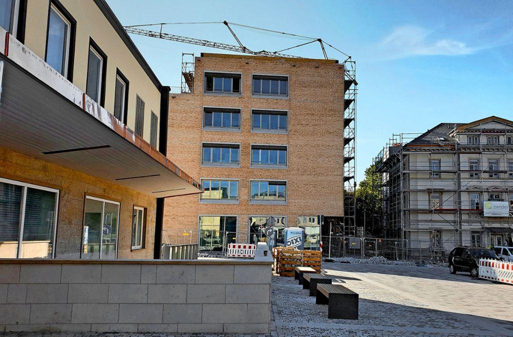 Der Neubau am Bahnhofplatz ist bald bezugsfertig. Foto: Karen Schnebeck