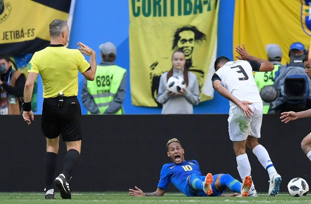 Erstaunlich oft liegt Neymar auf dem Boden – nicht nur bei der WM 2018 in Russland. Foto: AFP