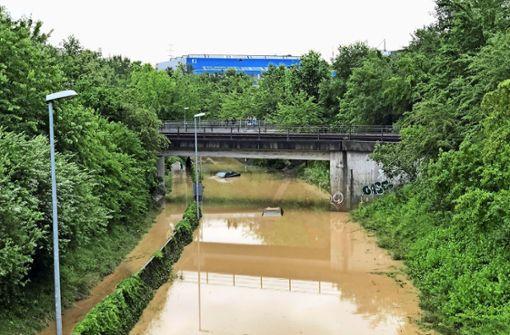 Autos versinken in Fluten – Mann wird gerettet