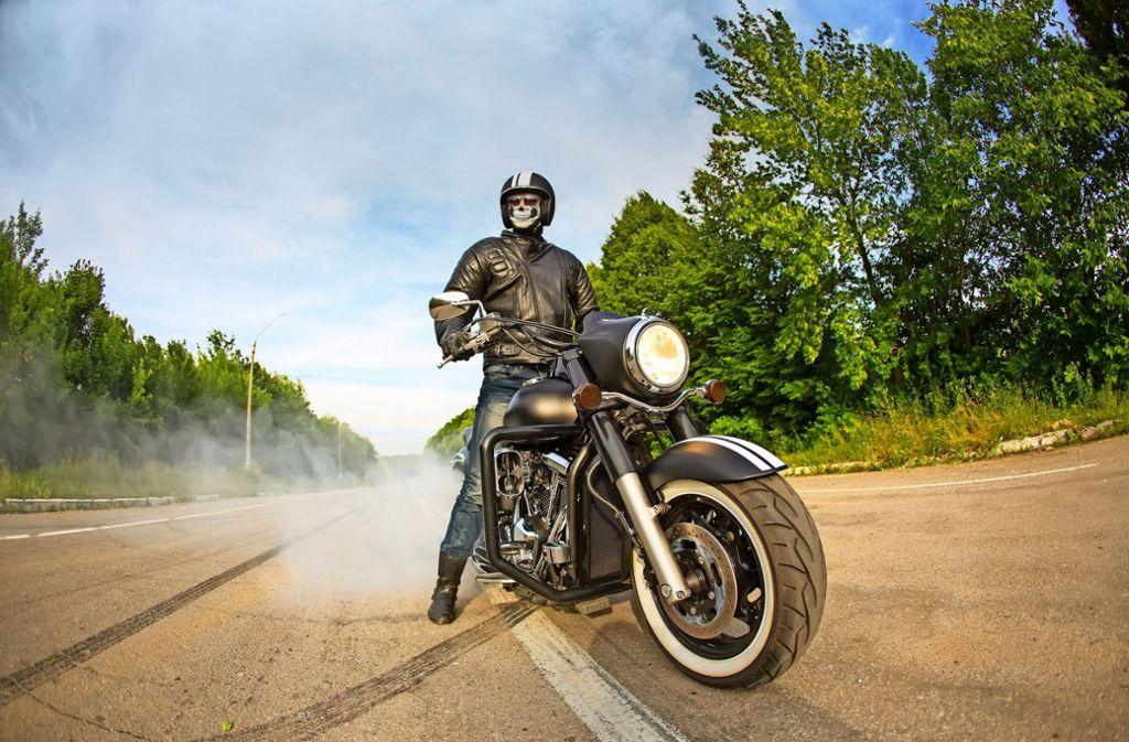 Ein Burnout – das rauchende Durchdrehen des Hinterrades bei stehender Maschine – gehört noch zu den harmloseren Übungen, die im Internet zu sehen sind. Foto: Kozirsky/stock.adobe