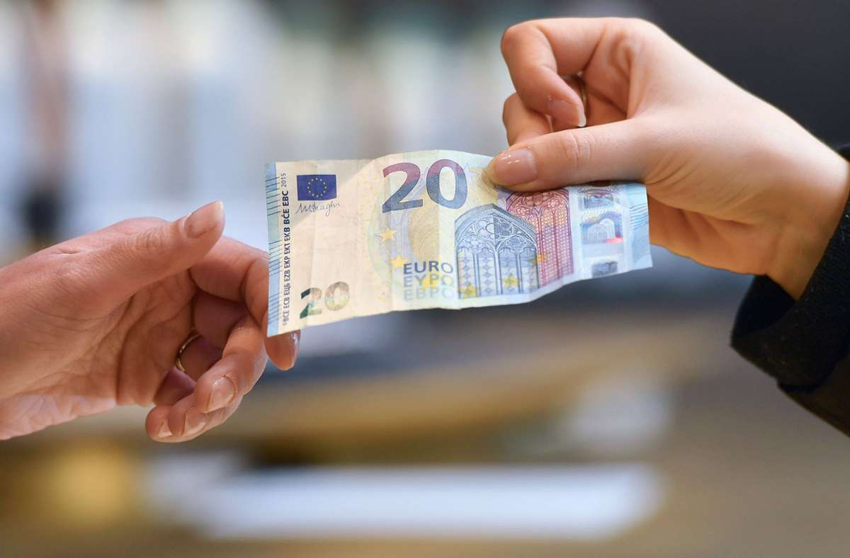 Durch einen Geldwechseltrick kam der Mann unrechtmäßig an Geld (Symbolbild). Foto: Imago /Sven Simon
