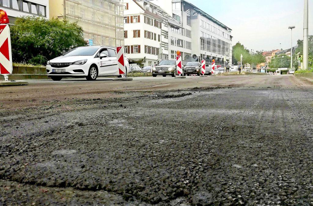 Problemzone Hauptstätter Straße: Verlorene Chemikalien haben den Fahrbahnbelag teilweise aufgelöst. Foto: asche