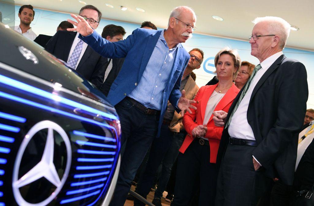 """Enttäuscht ist Kretschmann (rechts) von Daimler. So hätte man ihm versichert, dass bei der Stuttgarter Automarke """"alles sauber"""" sei (links: Dieter Zetsche). Foto: dpa"""