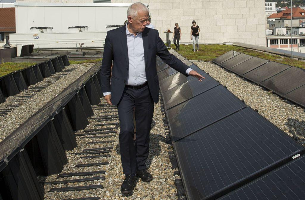 Stolz inspiziert OB Fritz Kuhn (Grüne) Anfang August die neue Solaranlage auf dem Dach des Rathauses. Foto: Lichtgut/Leif Piechowski