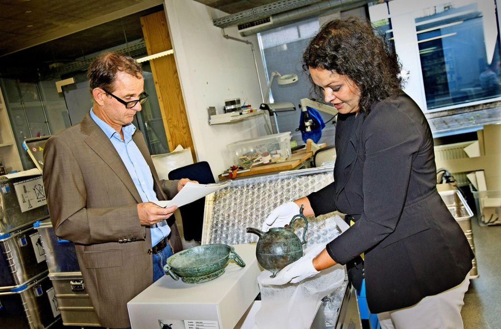Vorsicht ist die Mutter der Transportkiste. Nicole Ebinger-Rist und Dirk Krausse verpacken ein 1400 Jahre altes Geschirr. Foto: Horst Rudel