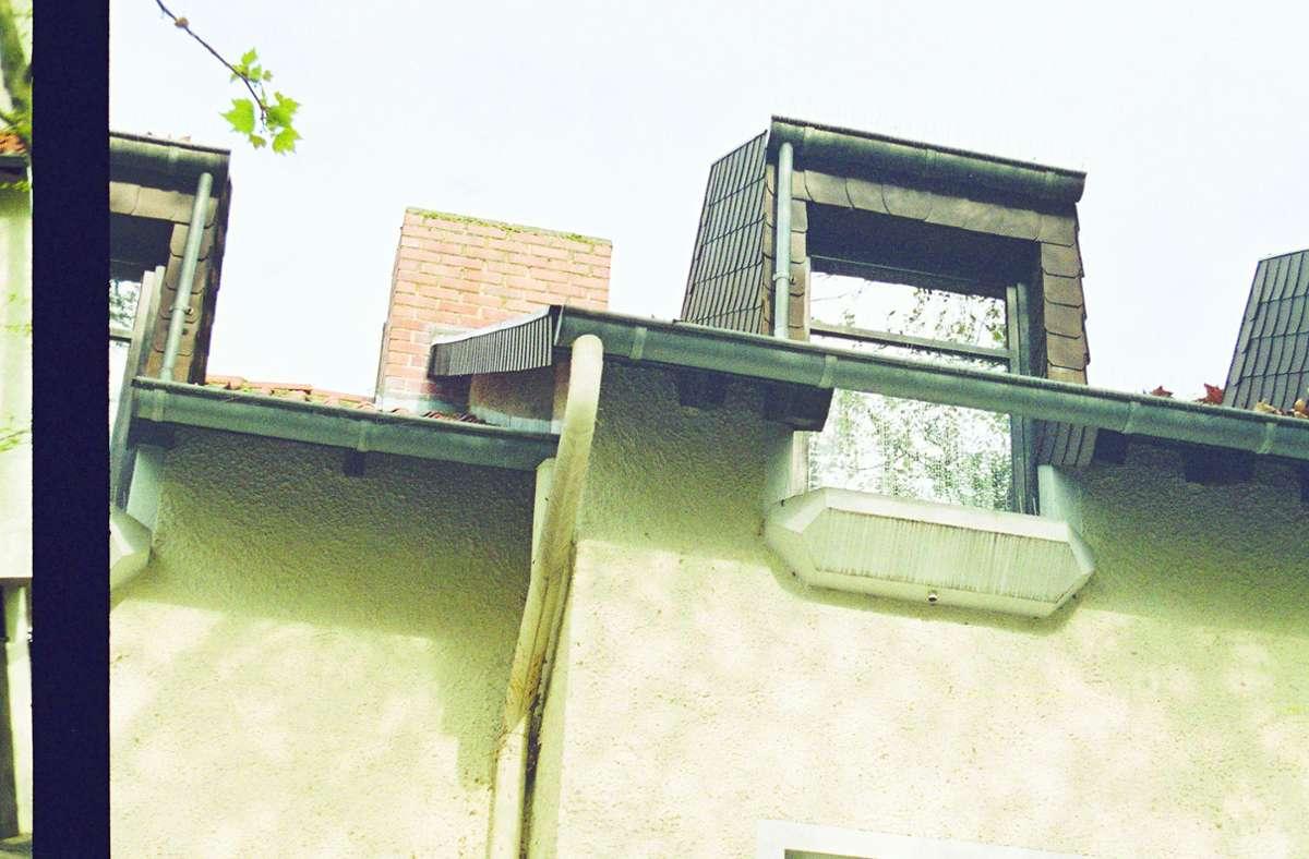 Ups, was ist denn da passiert? Eine nicht unbedingt  lehrbuchgerechte Dachgaube in Saarbrücken. Weitere hübsche Bausünden-Beispiele finden Sie in unserer Bildergalerie! Foto: Turit Fröbe