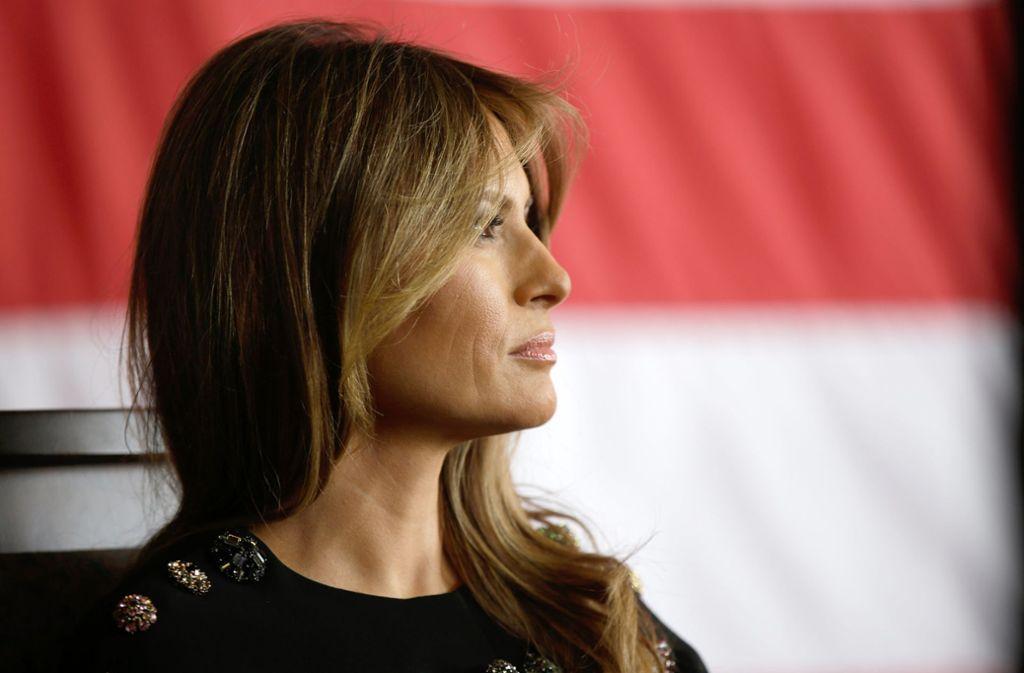 Melania Trump soll viel mehr Einfluss auf ihren Mann haben  als allgemein angenommen. Während die 49-Jährige in der Öffentlichkeit häufig belächelt wird, schreibt ihre Biografin Kate  Bennett einen großen Einfluss im Weißen Haus zu. Foto: Luca Bruno/AP/dpa