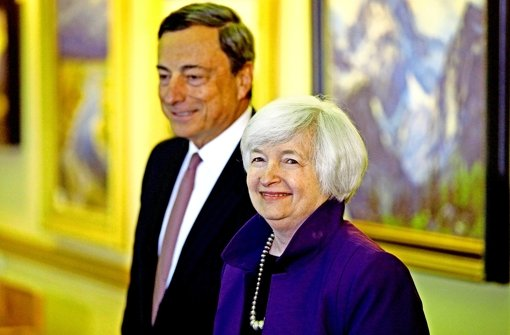 Devisenspekulanten  setzen auf die Währungspolitik von EU und USA: Wenn die US-Notenbank mit ihrer Chefin Janet  Yellen an der Spitze ihre Käufe von US-Staatsanleihen zur Stützung der Wirtschaft einstellt, EZB-Chef Mario Draghi aber ein groß angelegtes Programm zum Anleihekauf auflegt, würde das den Dollar stärken und den Euro schwächen. Foto: AP