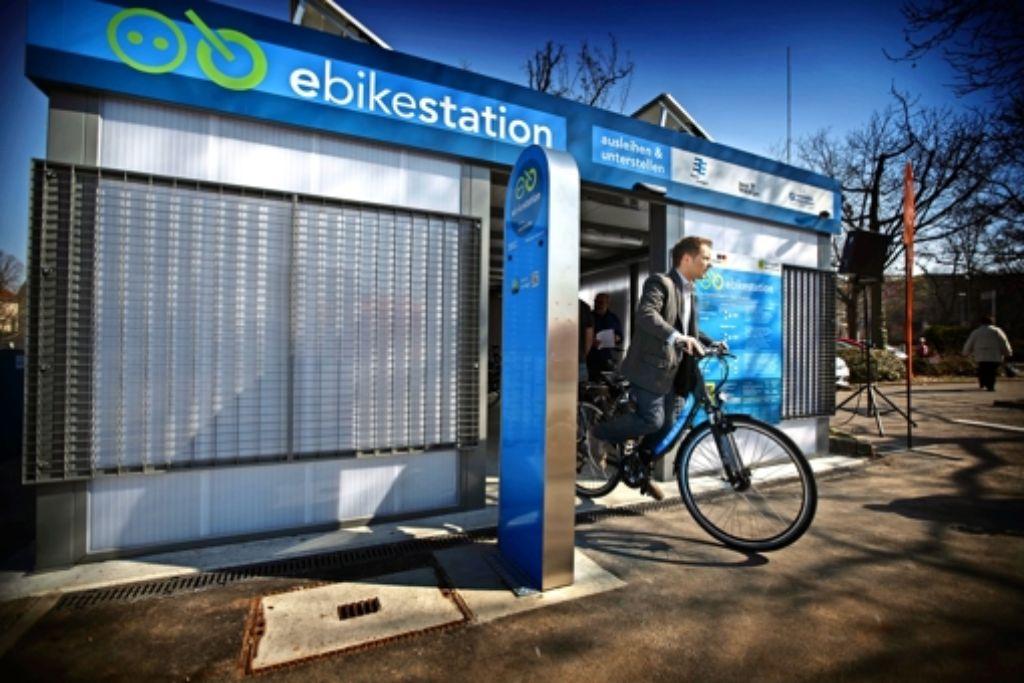 Am Bahnhof können ab sofort Pedelecs ausgeliehen und geparkt werden. Foto: Gottfried Stoppel