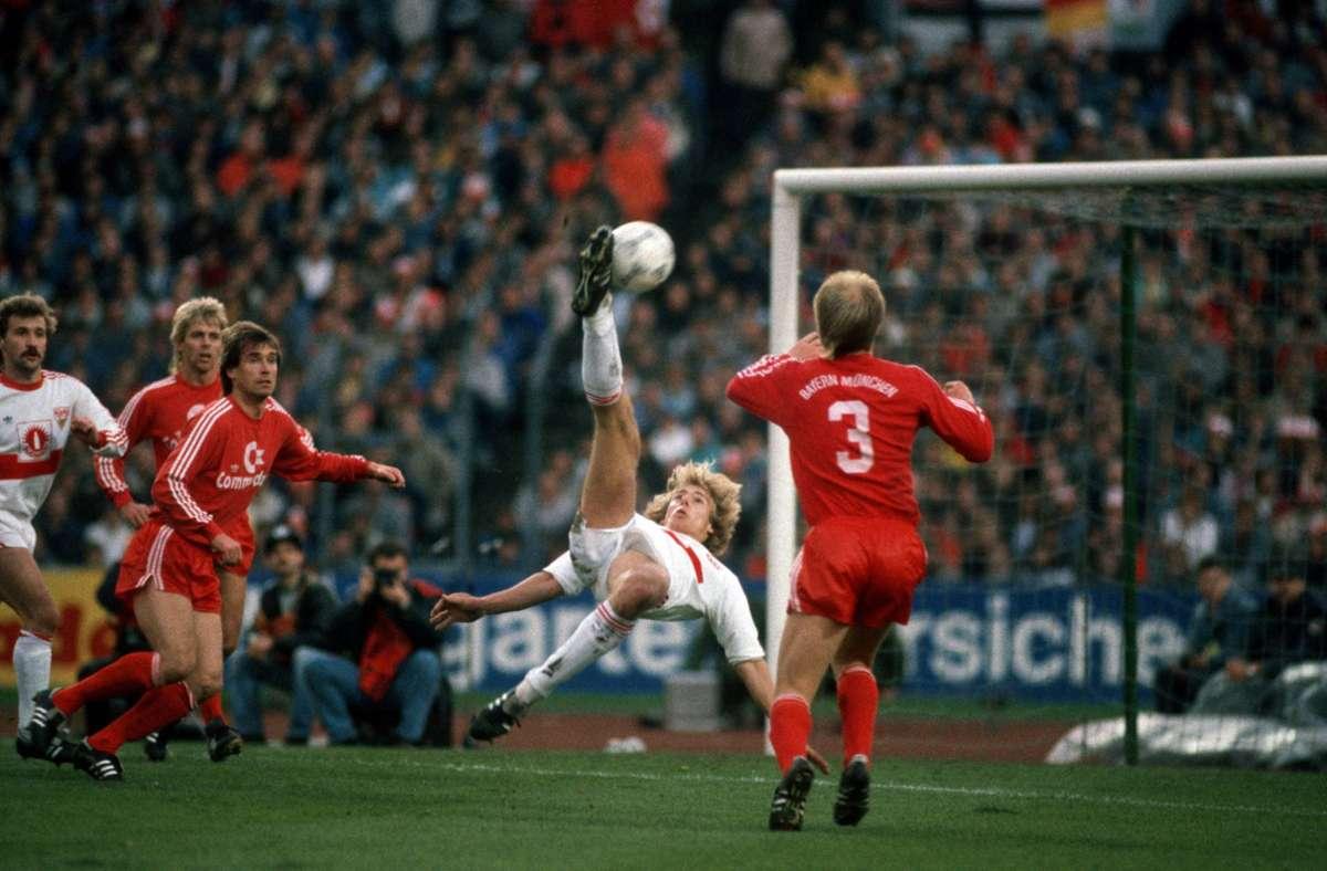 Im November 1987 gelingt Jürgen Klinsmann gegen den FC Bayern das Tor des Jahres. Foto: imago/Werek