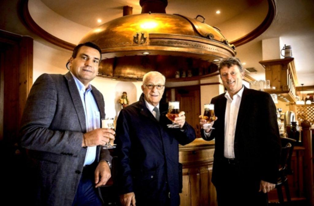Ein Prosit der Brautradition: Christian Dinkelacker, Wolfgang Dinkelacker und  Bernhard Schwarz (von links) Foto: Achim Zweygarth