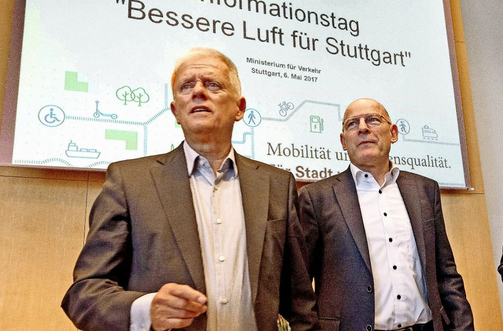 OB Fritz Kuhn (li.) und Verkehrsminister Winfried Hermann (beide Grüne) versprechen bessere Luft für Stuttgart. An den dafür geplanten Fahrverboten gibt es Kritik. Foto: dpa