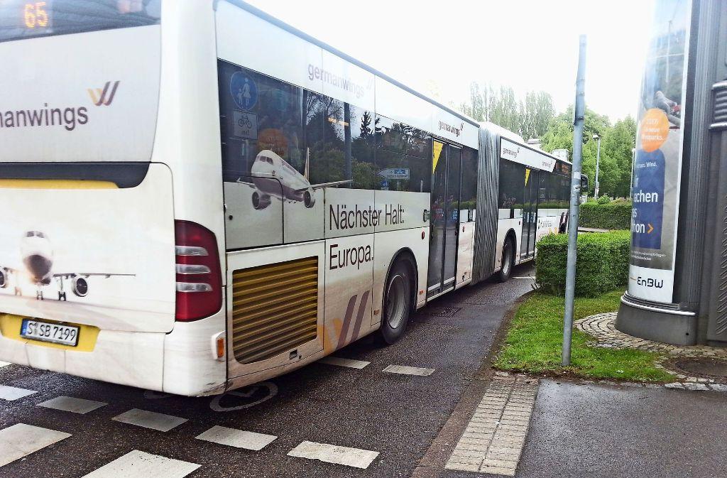 Flughafen-Werbung auf dem 65er-Bus: Angesichts der jahrelangen Debatte kommt dies fast ironisch daher. Foto: Judith A. Sägesser
