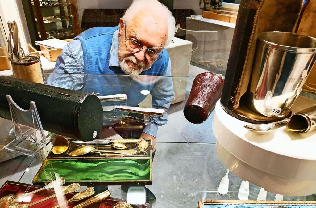 Auktionator Gert Nagel hat seine Bestecksammlung kulturhistorisch erforscht. Foto: Kathrin Wesely