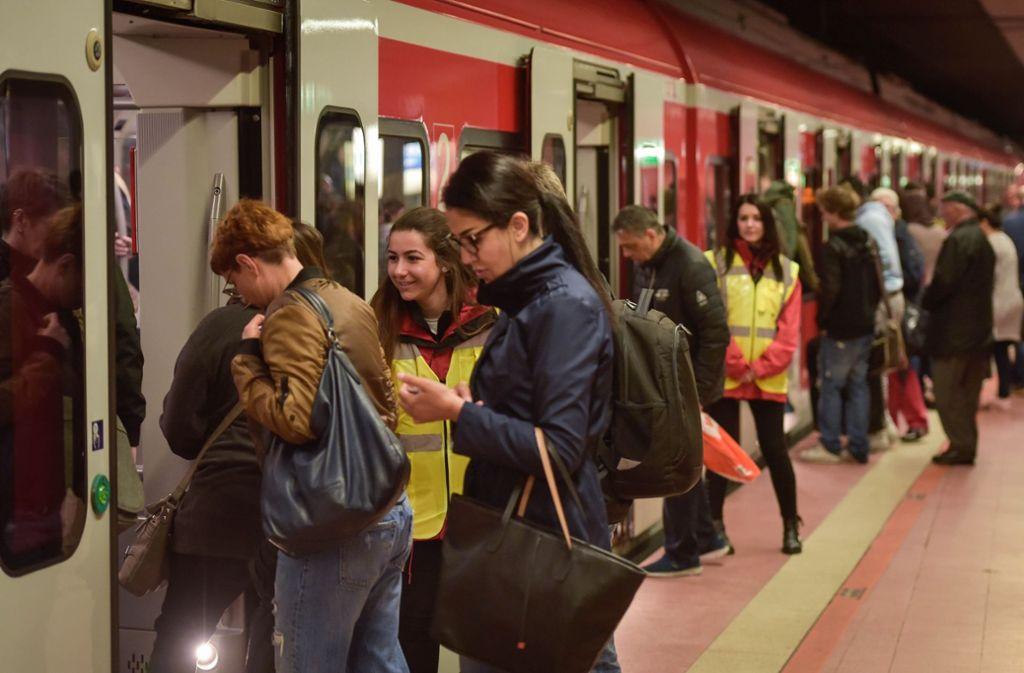 In den unterirdischen Haltestellen der S-Bahnstammstrecke ist der Andrang der Fahrgäste groß. Das, aber auch technische Defekte führen immer wieder zu Verspätung, die mit ETCS leichter aufgeholt werden könnten. Foto: Lichtgut/Max Kovalenko