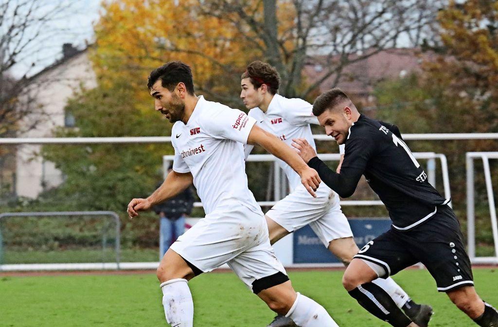 Intensive Laufarbeit: Oguz Dogan (vorn)  setzt sich für  die Mannschaft des  SV Fellbach  in der Verbandsliga ein. Foto: Patricia Sigerist