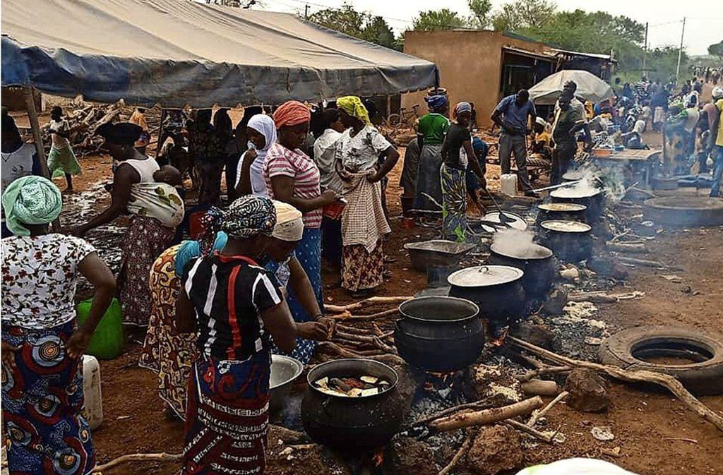 In großen Töpfen werden auf einem Platz in Kongoussi  Reis und Hirse für die vielen Flüchtlinge gekocht. Foto: Förderkreis Burkina Faso