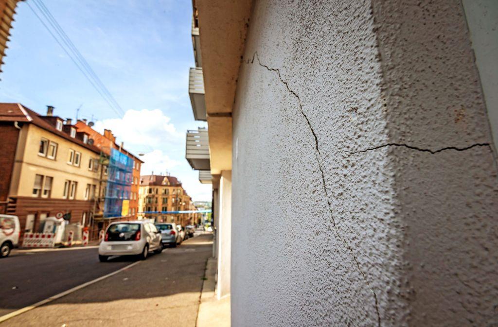 Risse am Gebäude Werastraße 33: Das gegenüberliegende Haus hinter der blauen Plane wird abgerissen, das Nachbarhaus kann nicht bewohnt werden. Foto: Lg/Rettig