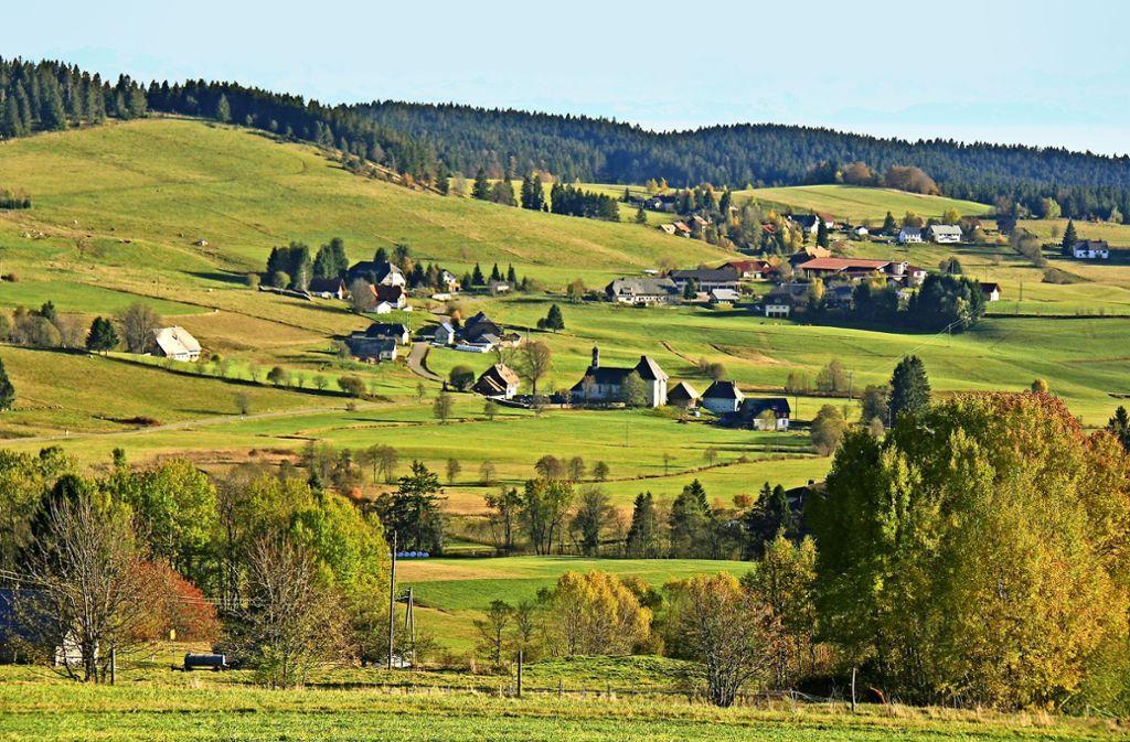 Über dem Ibacher Hochtal mit der Pfarrkirche zeigt sich das Alpenpanorama. Foto: Kaiser