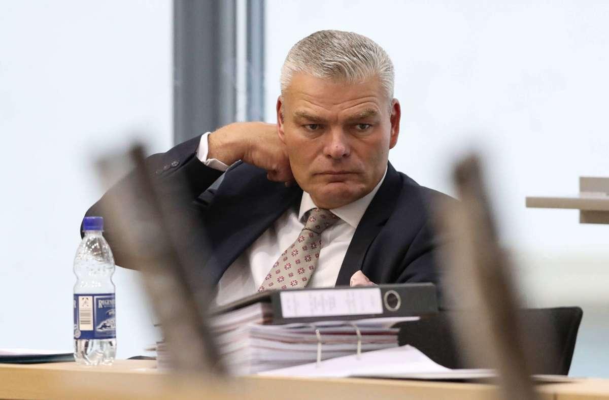 Holger  Stahlknecht kann die Entlassungsurkunde bereits erhalten. Foto: imago images/Christian Schroedter