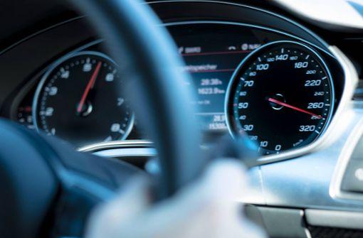 Mit mehr als 250 km/h auf A8 unterwegs – Polizei stoppt Raser