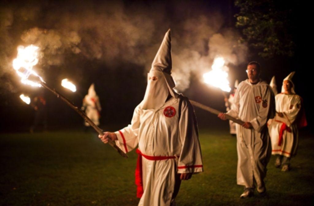 Die Polizisten Jörg W. und Timo H. machten in den Jahren 2001/2002 beim Ku-Klux-Klan in Schwäbisch Hall mit. Der NSU-Untersuchungsausschuss soll die lasche Aufklärungsarbeit der Polizeiführung erhellen. Foto: EPA
