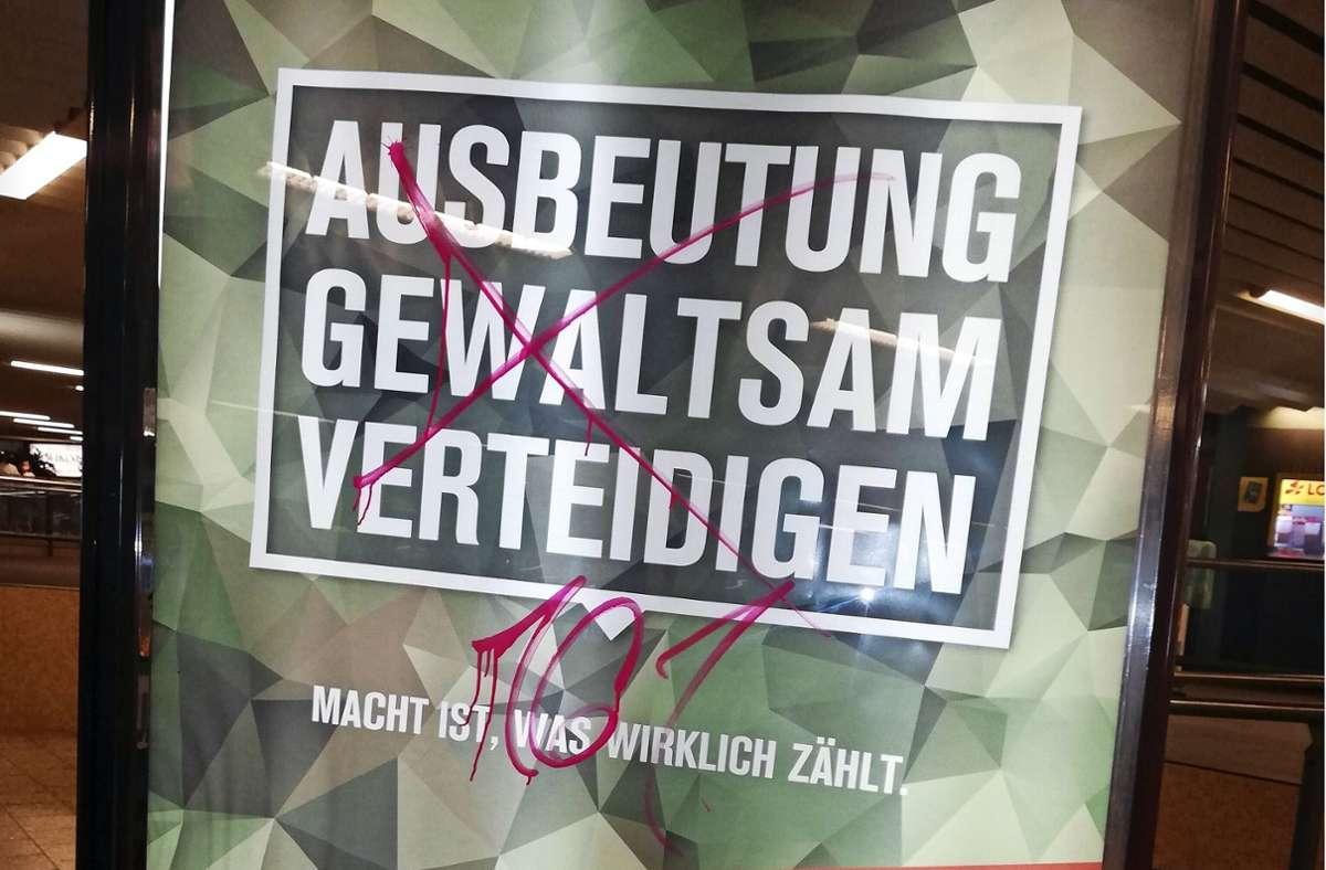 Auf den ersten Blick erinnert das Plakat am Charlottenplatz an Werbung der Bundeswehr. Doch es handelt sich um sogenanntes Adbusting von Militärgegnern. Foto: Cedric Rehman
