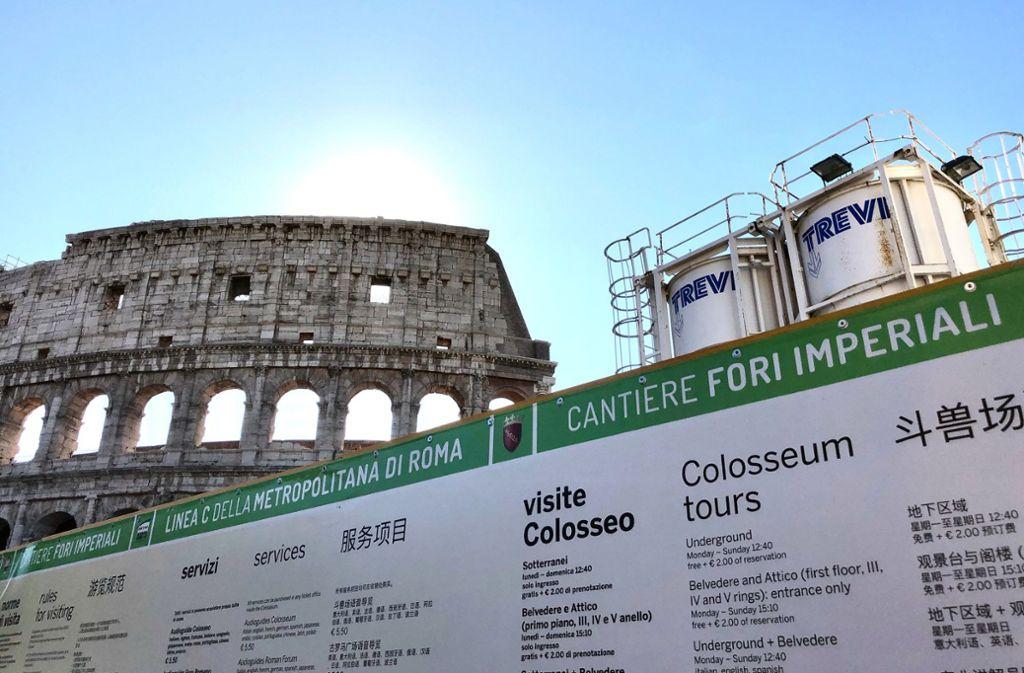 Der Blick auf das antike Kolosseum in Rom wird seit Jahren von einer weniger schmucken Baustelle verschandelt. Foto: dpa/Annette Reuther