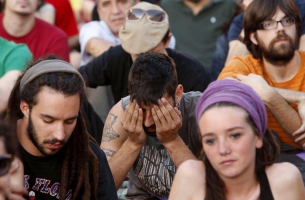 Diese jungen Spanier protestieren – noch – stumm gegen die hohe Arbeitslosigkeit in ihrem Land. Für die Zukunft werden in Südeuropa sogar soziale Unruhen befürchtet. Foto: EFE