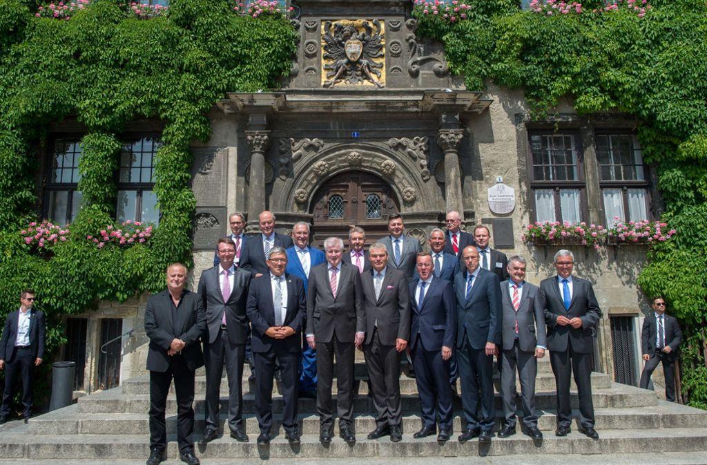 16 Länderinnenminister umrahmen Horst Seehofer (vordere Reihe, 4. von links). Foto: dpa