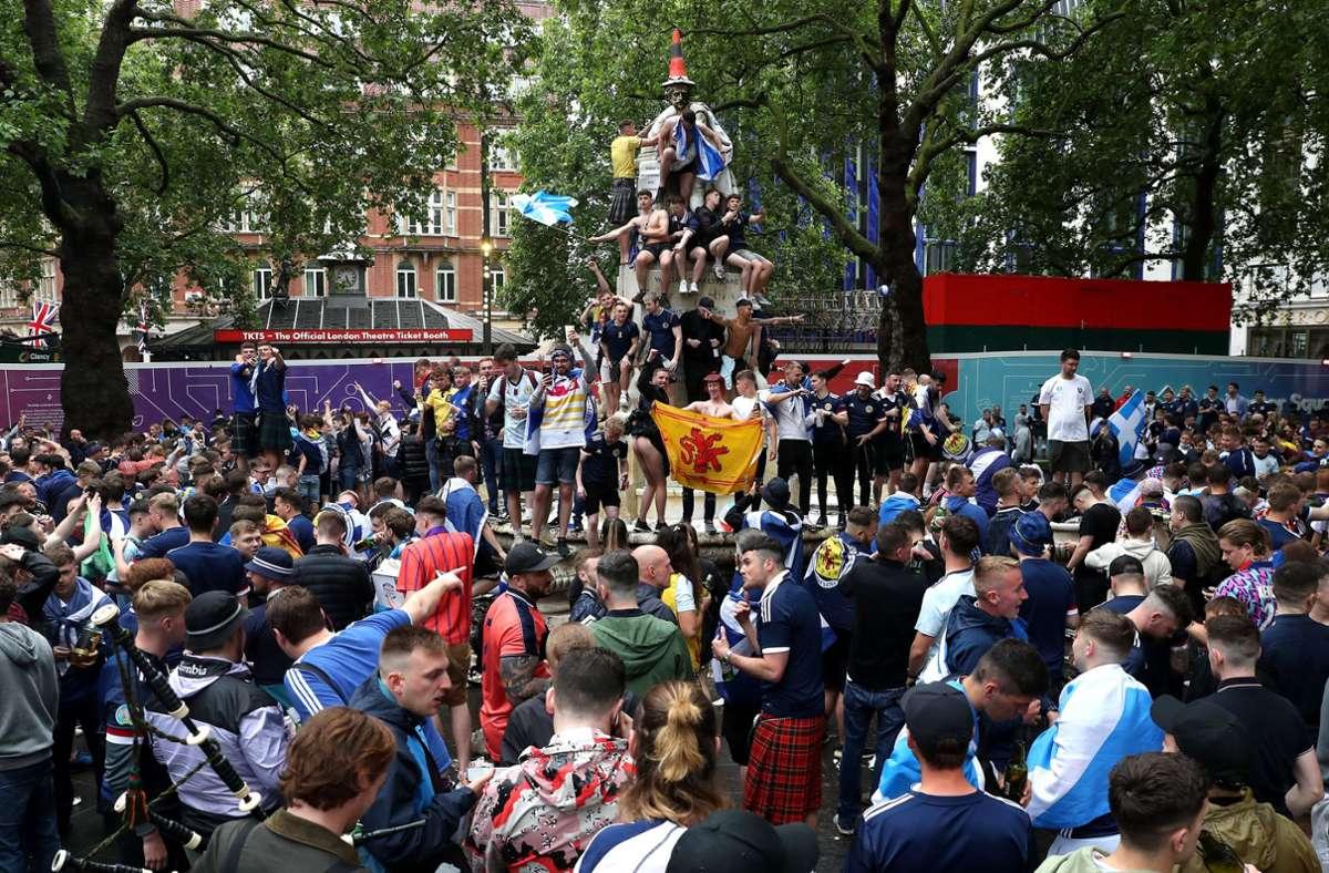 18 Juni: Schottische Fans versammelten sich vor Spielbeginn auf dem Leicester Square. Foto: dpa/Kieran Cleeves