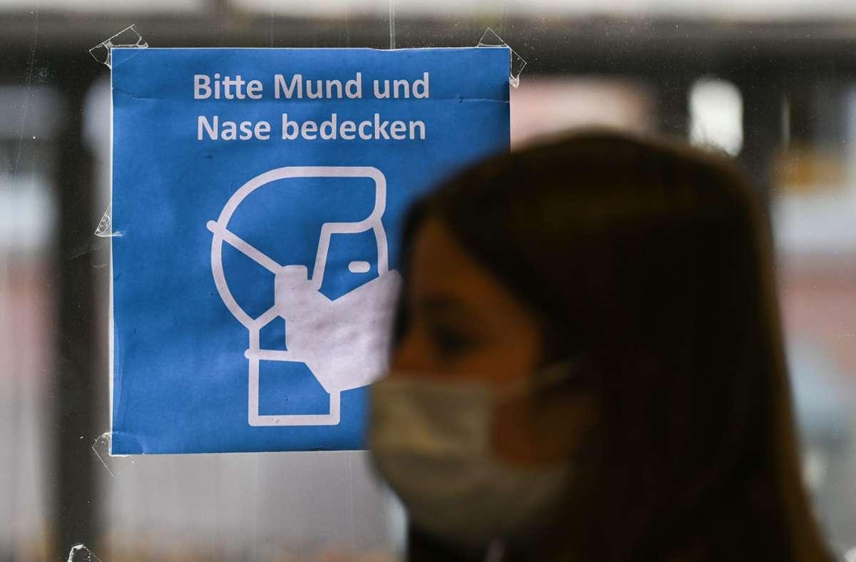 Im öffentlichen Nahverkehr und in Geschäften gilt bereits eine Maskenpflicht. Lothar Wieler empfiehlt das Tragen einer Maske insbesondere in Innenräumen. Foto: dpa/Arne Dedert