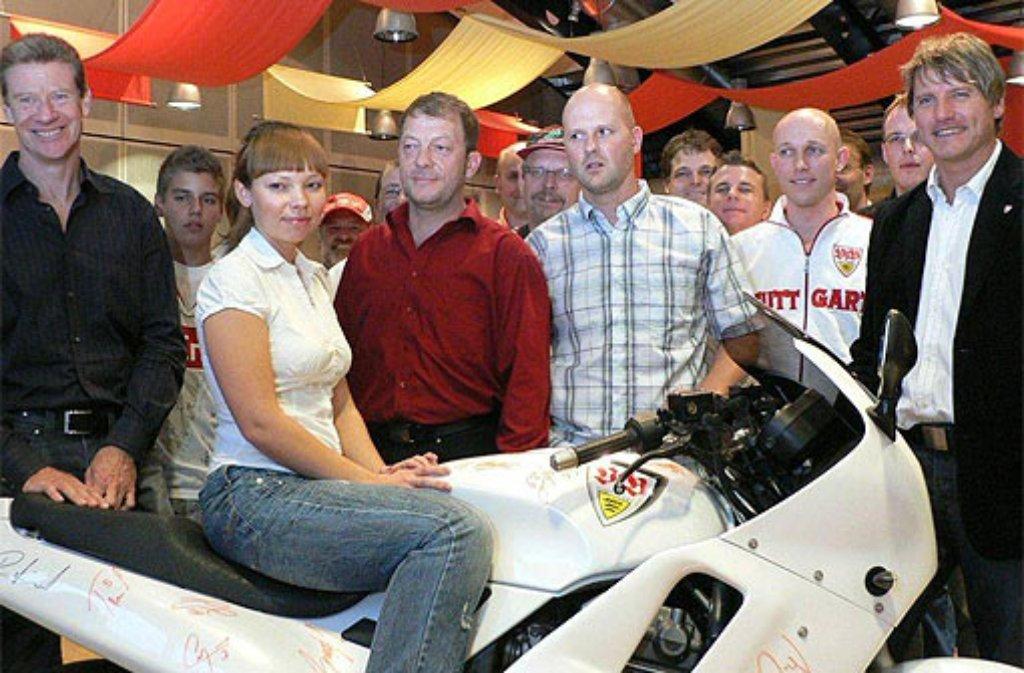Ein Bild aus dem Sommer 2009: Alain Blondel, die Mutter der kleinen Anastasya, Frank Ebner von den Gute Laune Bruddlern, Rüdiger Hirsch (von links) und der Fanbeauftragte des VfB Stuttgart, Peter Reichert (rechts), bei der Übergabe der weiß-roten Triumph 900. Foto: privat