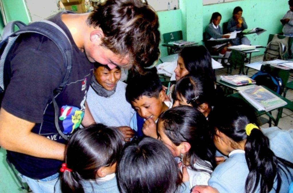 Zu den typischen Aufträgen für Freiwillige im Ausland gehört der Unterricht an kleinen Dorfschulen – wie hier in Ecuador. Foto: Privat