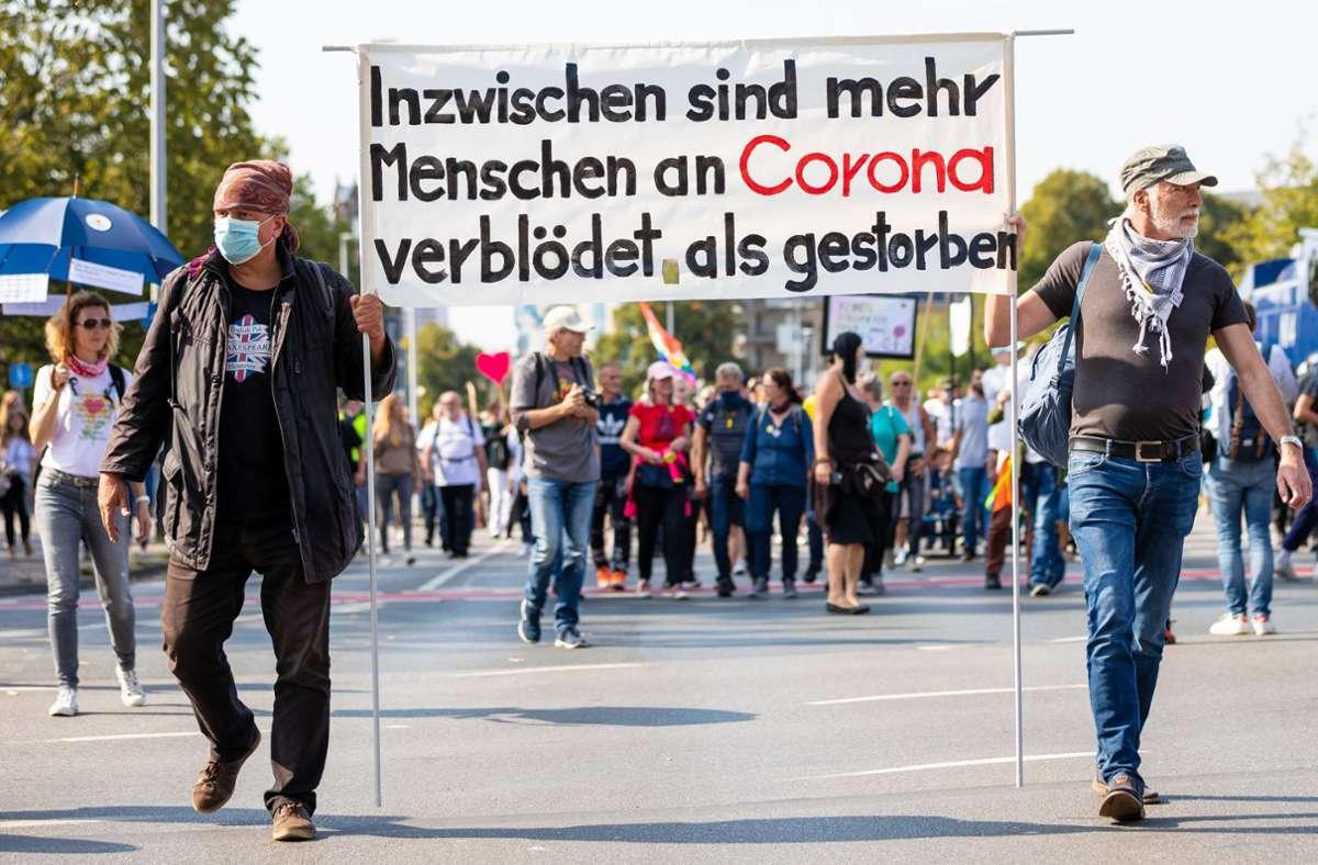 In Hannover gingen – wie in anderen Städten – mehr als 1000 Menschen gegen die Corona-Politik auf die Straße. Foto: dpa/Moritz Frankenberg