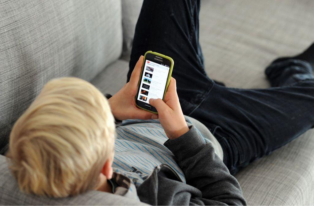 Dürfen Teenager so lange am Handy hängen, wie sie mögen? Oder sich sogar einschließen? Foto: dpa
