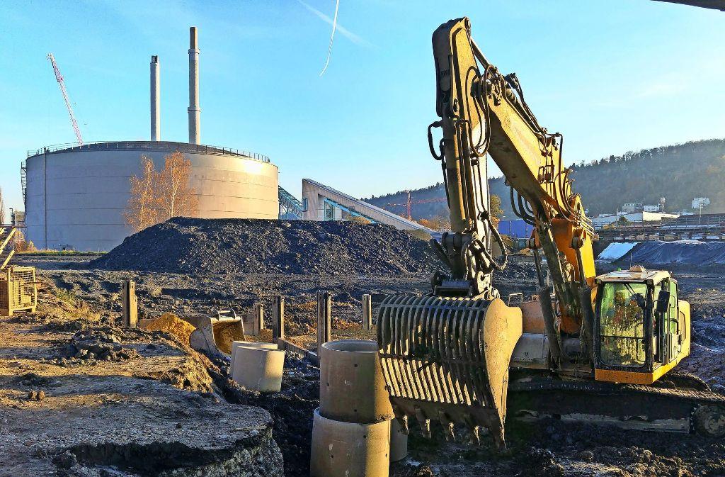 Bodensanierung in Gaisburg: Links hinter dem Bagger sind die Eckschienen der Verbaukästen erkennbar. Foto: Jürgen Brand