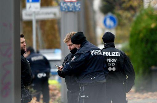 Bewaffneter hält Angestellte in Tankstelle fest