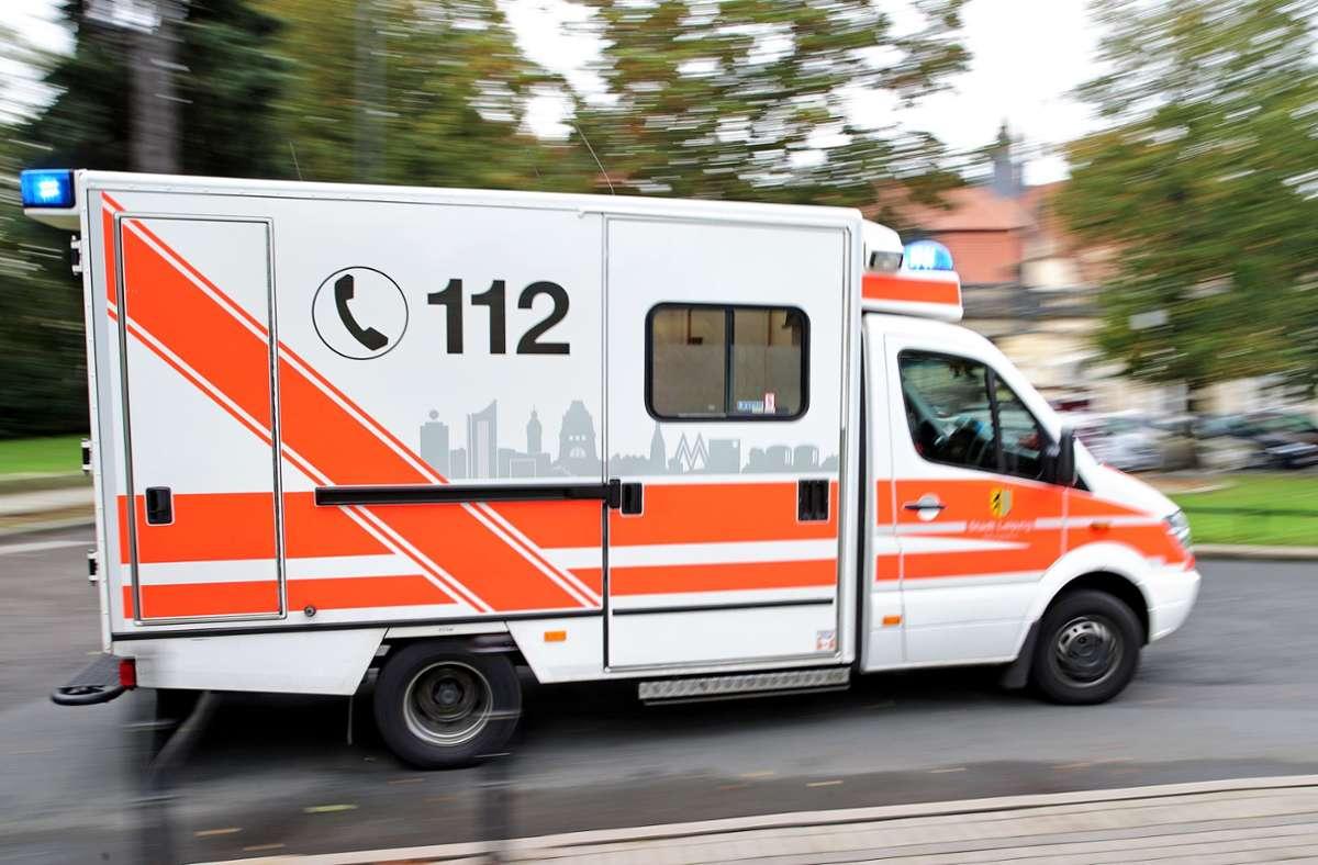 Der Rettungsdienst brachte den 53-Jährigen laut Polizei in ein Krankenhaus (Symbolfoto). Foto: picture alliance / dpa/Jan Woitas