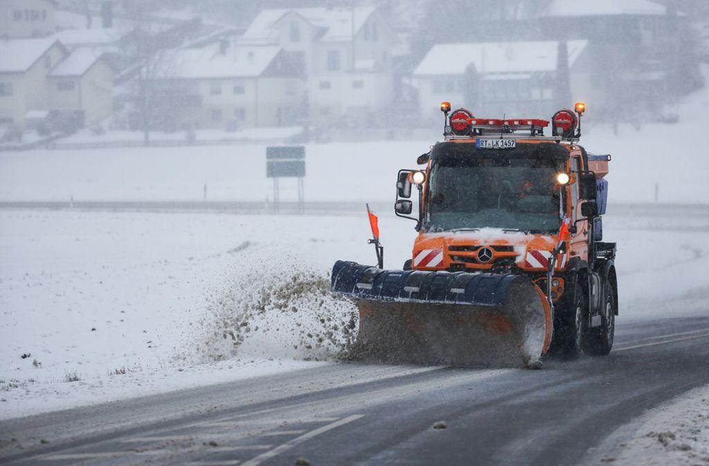 Schneebedeckte und glatte Straßen sorgen im Südwesten für zahlreiche Unfälle. Foto: dpa