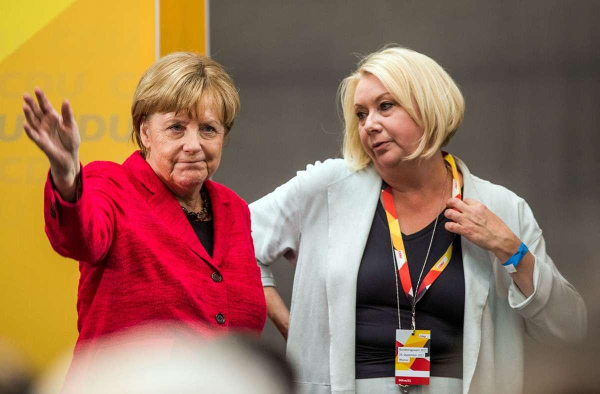 Karin Strenz (rechts) mit Bundeskanzlerin Angela Merkel bei einem Wahlkampfauftritt 2017 in Mecklenburg-Vorpommern, wo beide ihre Wahlkreise haben. Ihr Tod wirft Fragen auf: Karin Strenz (CDU). Foto: dpa/Jens Büttner