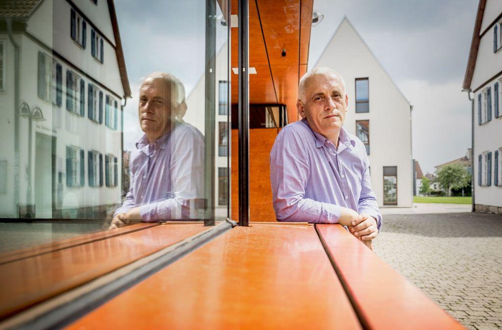 Hier der kritische  Autor, dort der Botschafter: für Beqe Cufaj ist das kein Widerspruch. Foto: Lichtgut/Julian Rettig