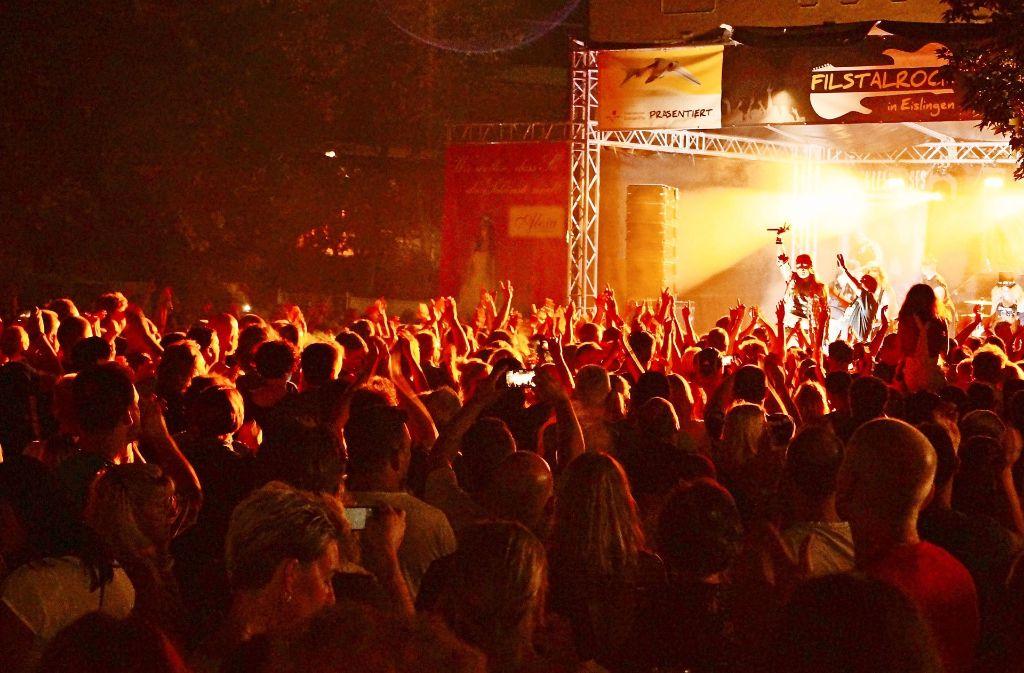 Nicht nur bei der Guns-N'-Roses-Tributeband Reckless Roses ist der Eislinger Schlosspark im vergangenen Jahr so richtig gerockt worden. Foto: Sybille Reger/Bankett plus